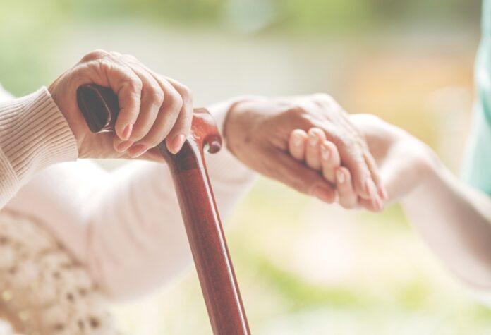 gehstock gehhilfe senioren dame